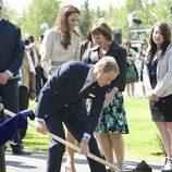 El Príncipe Guillermo planta un árbol en Yellowknife