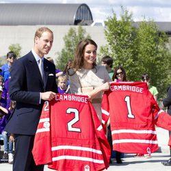 Los Duques de Cambridge con sus camisetas de hockey en Yellowknife