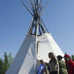 Los Duques de Cambridge salen de una teepee en Blatchford Lake