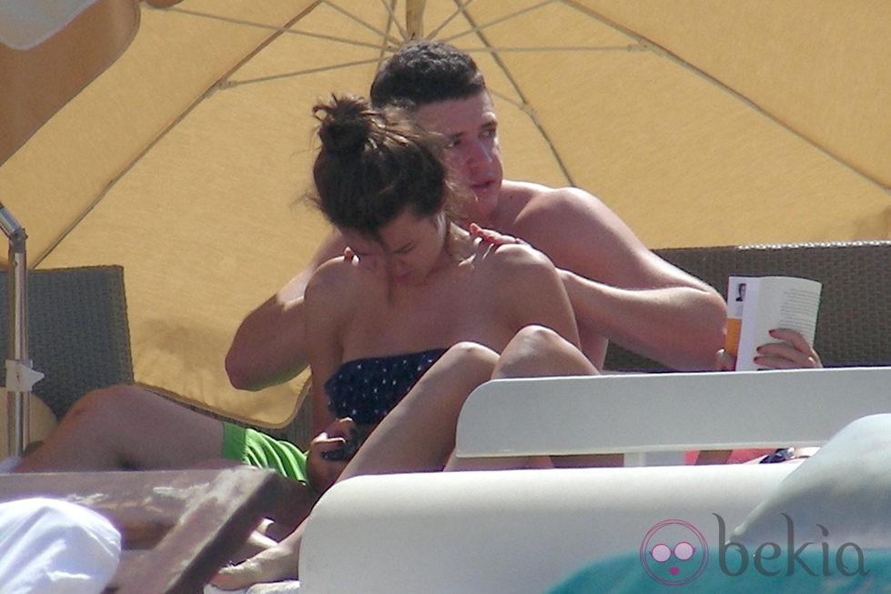 Álex Lecquio da un masaje a su novia Andrea Guasch en Ibiza