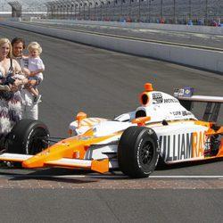 Dan Wheldon junto a su mujer y sus dos hijos