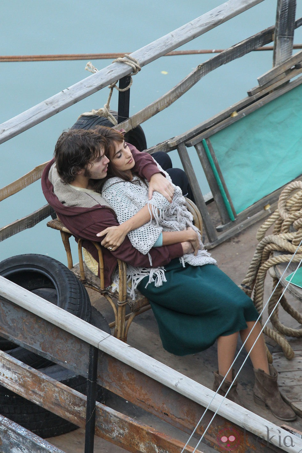 Penélope Cruz y Emile Hirsch abrazados en el rodaje de 'Venuto al mondo' en Roma