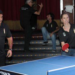 Joan Laporta y Judit Mascó jugando al ping pong en un acto solidario