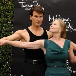 Lisa Swayze junto a la estatua de cera de Patrick Swayze en el Madame Tussauds de Los Angeles