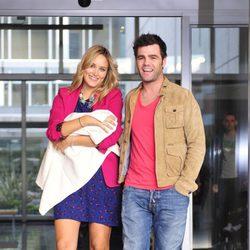 Fonsi Nieto y Alba Carrillo saliendo del hospital con su hijo Lucas