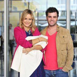 Fonsi Nieto y Alba Carrillo con su hijo Lucas