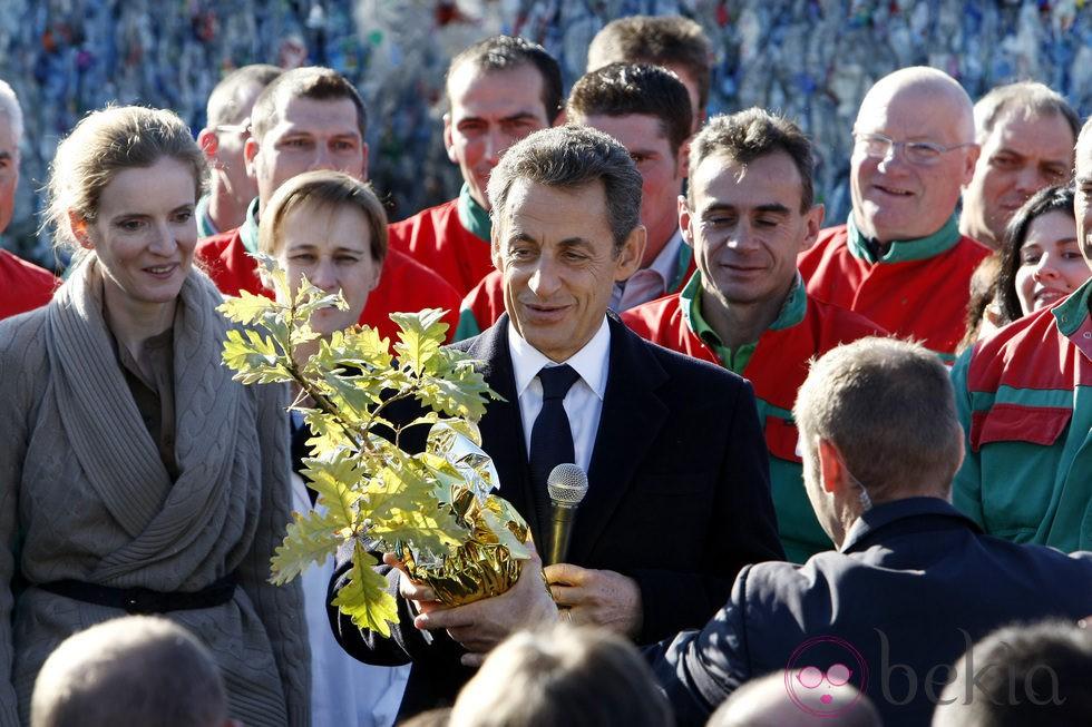 Nicolas Sarkozy recibe un roble de regalo para su hija