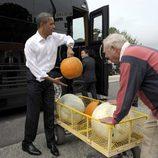 Obama cargando calabazas para Halloween