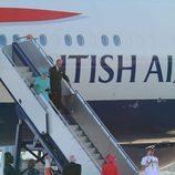 La reina de Inglaterra y el duque de Edimburgo llegando a Australia