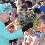 La reina de Inglaterra se da un baño de multitudes en Australia