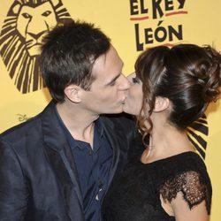 Christian Gálvez y Almudena Cid besándose en el estreno del musical 'El Rey León' en Madrid