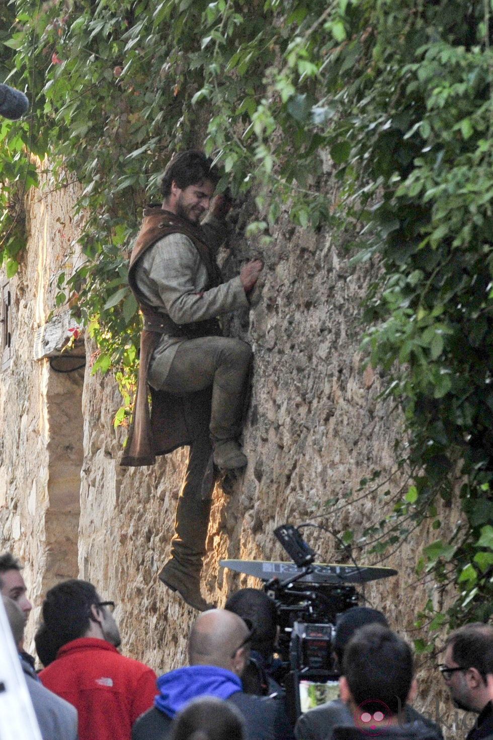Maxi Iglesias escala una pared en Pedraza en el rodaje de 'Toledo'