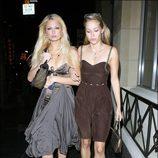 Paris Hilton camina borracha por las calles de Los Ángeles