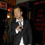 Jude Law camina borracho por las calles de Londres