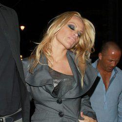 Pamela Anderson camina borracha por las calles de Londres
