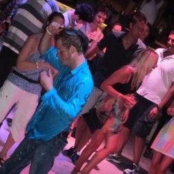 El Príncipe Harry de Inglaterra baila borracho en una fiesta en Croacia