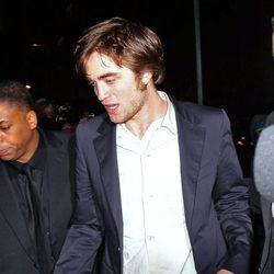 Robert Pattinson camina borracho por las calles de Nueva York