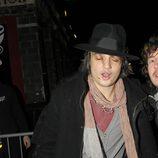 Pete Doherty camina borracho por Londres