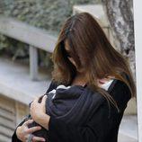 Carla Bruni sale de La Muette con su hija Giulia en brazos