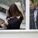 Carla Bruni y su hija Giulia salen del hospital La Muette