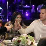 Kim Kardashian y su marido Kris Humphries brindan por su cumpleaños