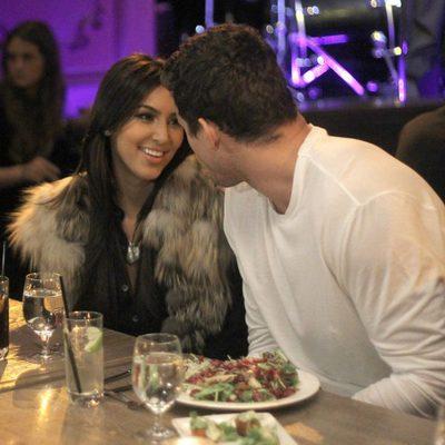 Kim Kardashian y su marido Kris Humphries en actitud cariñosa