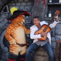 Antonio Banderas toca la guitarra junto al 'Gato con Botas' en la premiere de Los Angeles