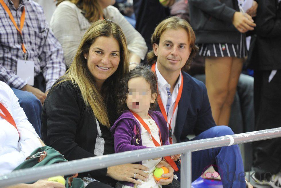 Arantxa Sánchez Vicario, Josep Santacana y su hija en el partido homenaje a Andrés Gimeno
