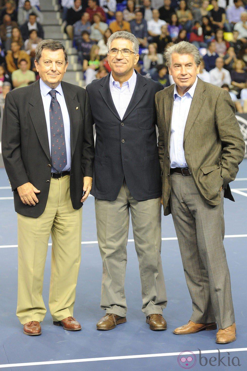 Luis Arilla Manuel Orantes y Manuel Santana en el partido
