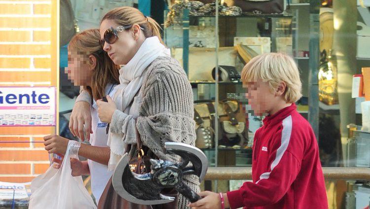 Genoveva en compañía de sus hijos Luis y Amina