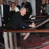 Una mujer cae ante el Rey de Noruega en los 100 años de la Fundación Américo-Escandinava