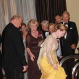 Harald de Noruega pisa el vestido de la Reina Sonia en los 100 años de la Fundación Américo-Escandinava