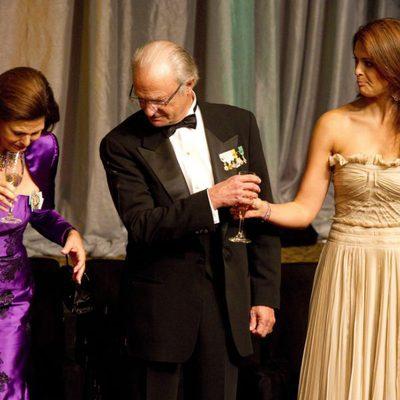 La Reina Silvia se mancha con champán junto a Carlos Gustavo y Magdalena de Suecia