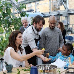 La Princesa Mary de Dinamarca cocina sano en un colegio de Nueva York