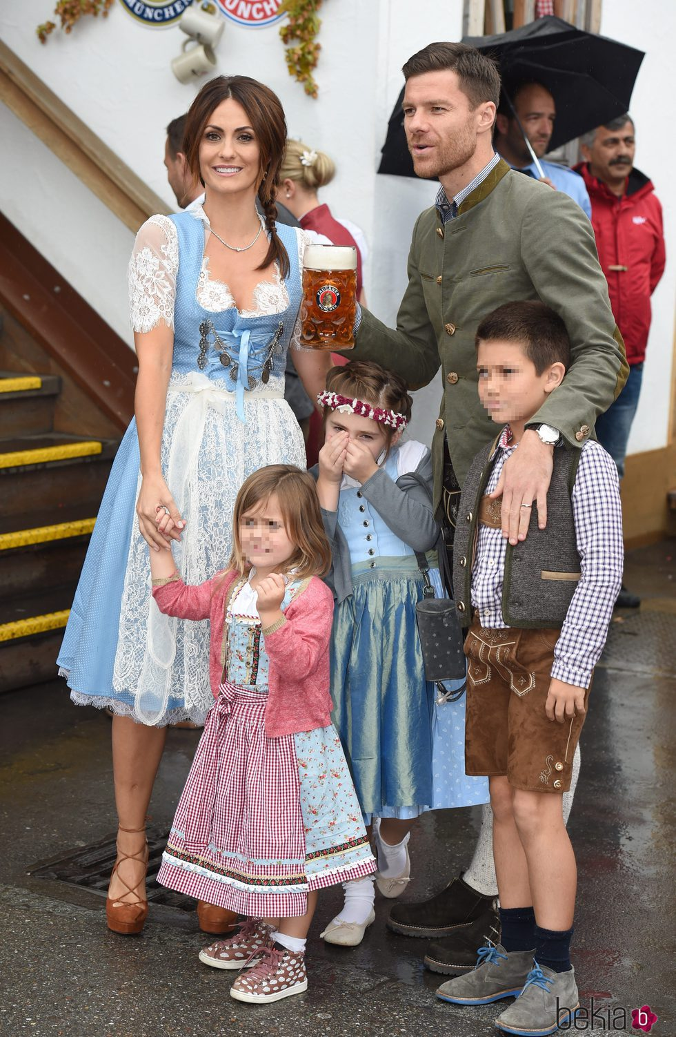 Xabi Alonso y Nagore Aranburu con sus hijos en el Oktoberfest 2016