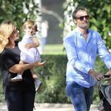 Carlota Corredera en el Retiro con su marido y su hija Alba