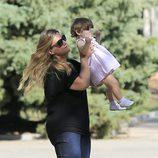 Carlota Corredera lanzando al aire a su hija Alba
