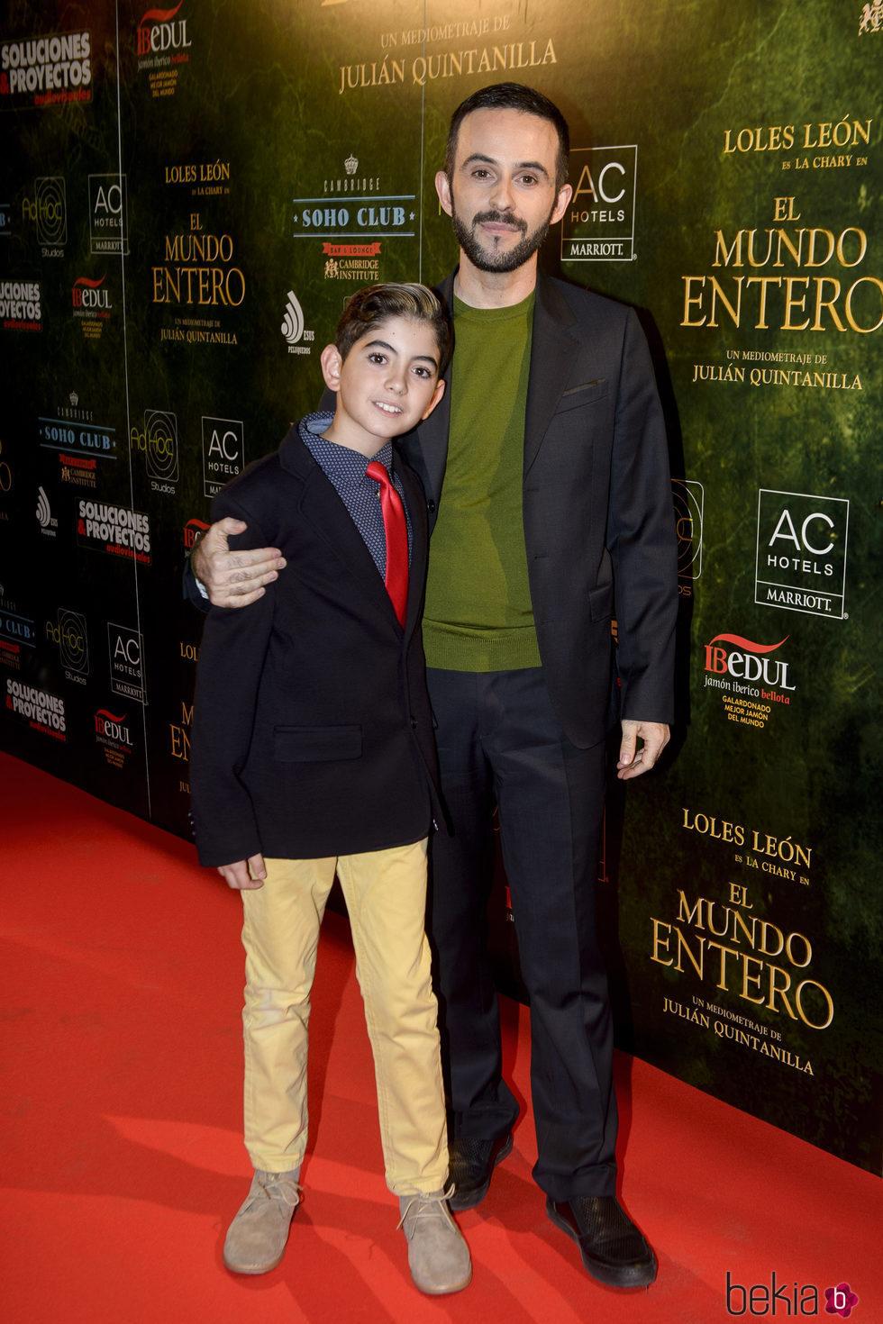 Julián Quintanilla y su hijo en el estreno de 'El mundo entero'