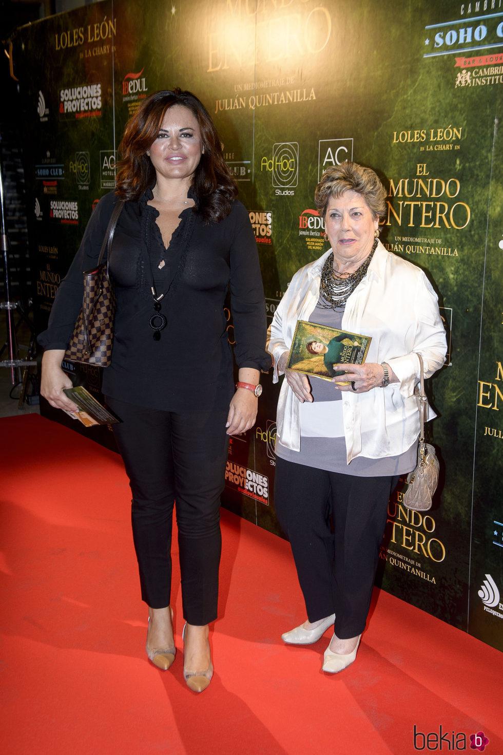 Teresa Bueyes y Paloma Gómez Borrego en el estreno de 'El mundo entero'