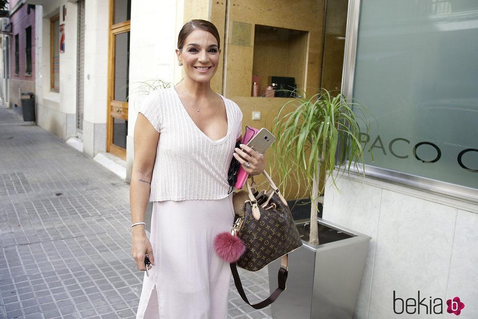 Raquel Bollo saliendo de la peluquería lista para la boda de Kiko Rivea e Irene Rosales