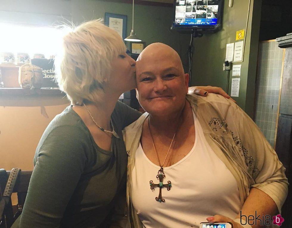 Paris Jackson dandole un beso a su madre Debbie Rowe