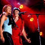 Kylie y Dannii Minogue cantando juntas