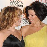 Kylie y Dannii Minogue intercambiando miradas