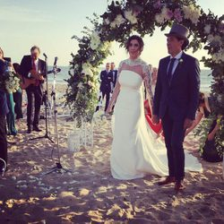 Paz Padilla y Juan Vidal celebrando su boda en la playa