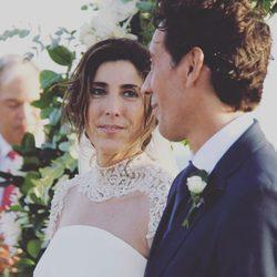 Paz Padilla mira cómplice a su ya marido Juan Vidal en su boda