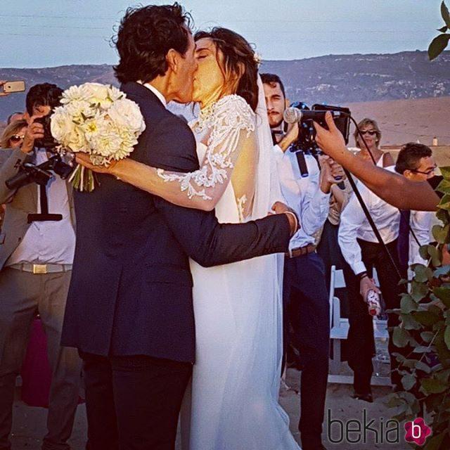 Paz Padilla y Juan Vidal se besan apasionadamente tras su boda