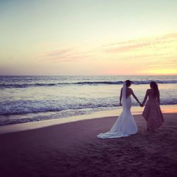 Paz Padilla de la mano de su hija al atardecer tras su boda
