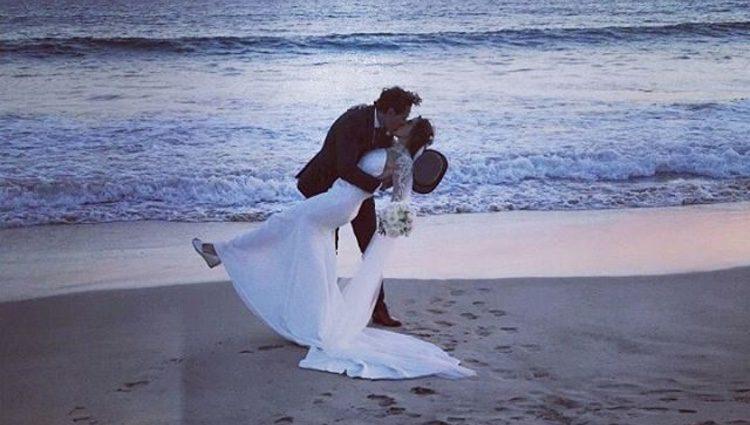 Paz Padilla y Juan Vidal besándose a la orilla de la playa