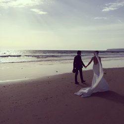 Paz Padilla y su marido Juan Vidal pasean cogidos de la mano por la playa