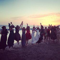 Las invitadas a la boda de Paz Padilla saltando